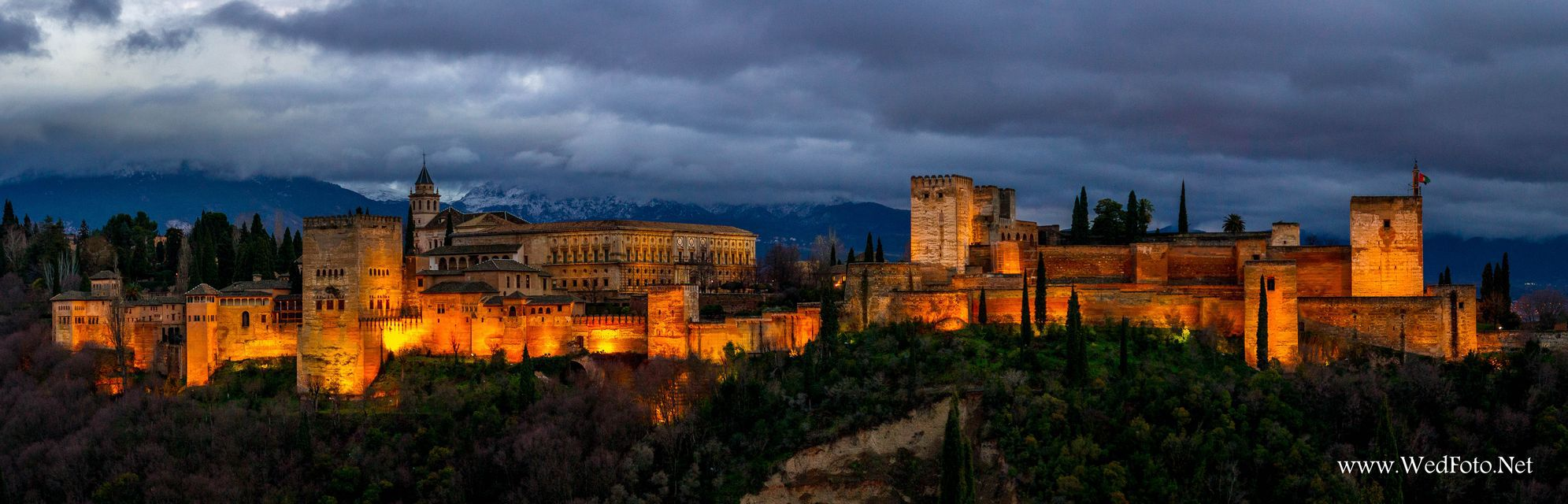 Alhambra alumbrada de noche