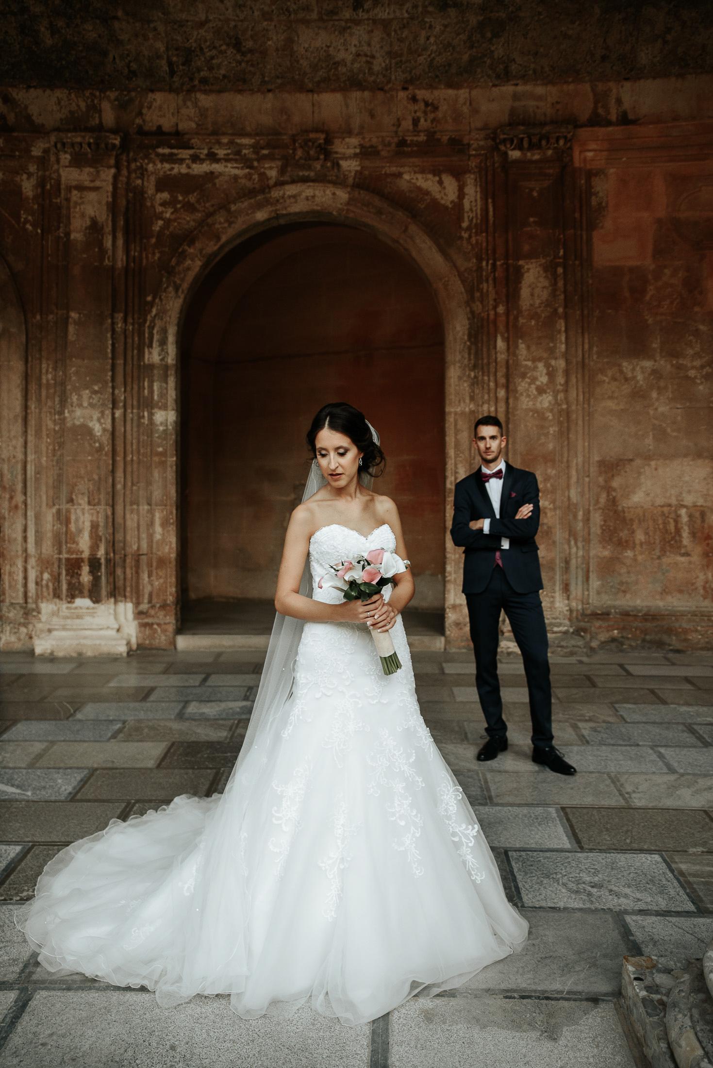 Novios en post boda en Alhambra